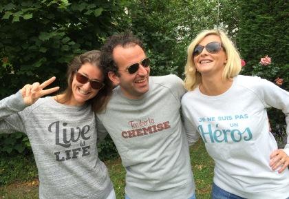 parents heureux avec leurs sweat-shirts deux amours