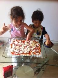les enfants en pleine activité pizza
